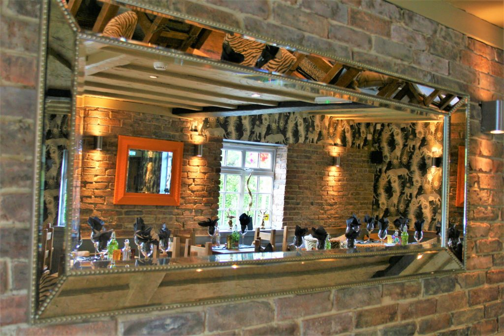 mirror in dining area at the gate inn sutton-cum-lound
