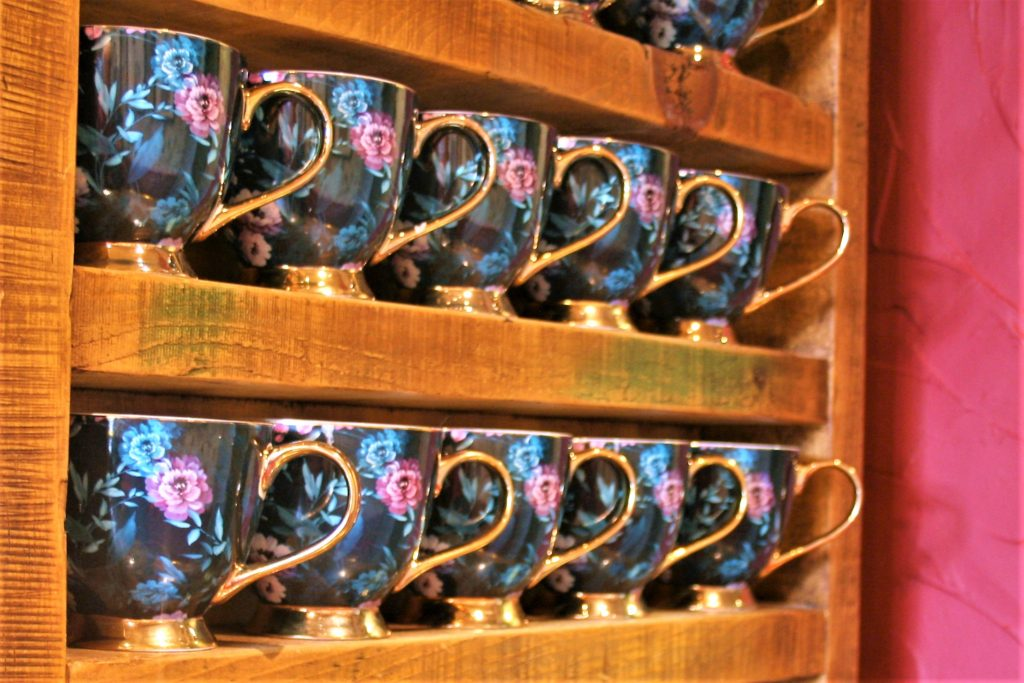 coffee mugs display at the gate inn sutton-cum-lound